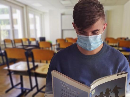 В школах Ясенева выдали аттестаты выпускникам 9-х классов