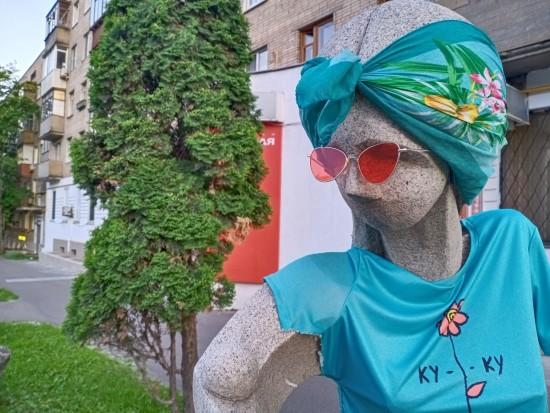 У скульптуры Гали Нагорной украли  очки в Котловке