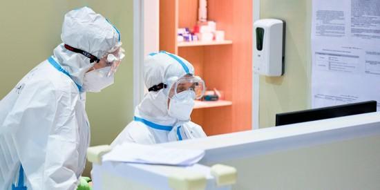 Собянин рассказал, что при низких титрах после давней прививки есть вероятность заражения новым штаммом