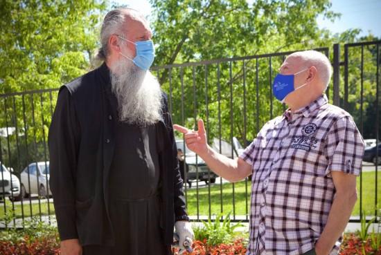 Доктор Румянцев посадил сирень в Ломоносовском районе Москвы