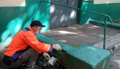 Сотрудники ЖКХ в Черемушках привели в порядок подъезды в жилом доме