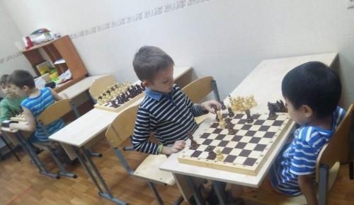 Юные жители Обручевского района развивают свои таланты, изучая шахматы