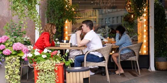 Обслуживание на летних верандах гостей без QR-кодов разрешено до 1 августа – Собянин