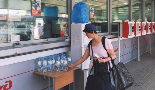 Пассажирам на московских вокзалах бесплатно раздают воду