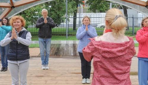 Пожилые москвичи по QR-коду смогут посещать занятия «Московского долголетия» на свежем воздухе