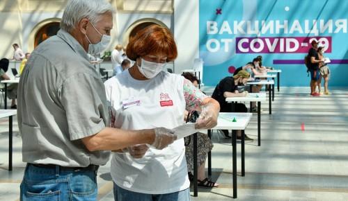 В пунктах вакцинации жителям столицы оказывают помощь сотрудники госуслуг и соцработники