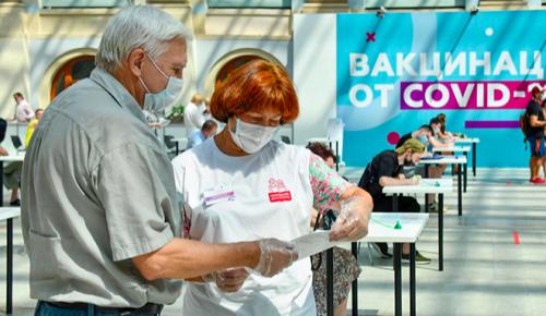 Сотрудники офисов госуслуг и соцработники помогают жителям столицы в центрах вакцинации