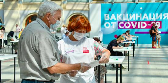 Москвичам в центрах вакцинации помогают более 3 тыс сотрудников центров госуслуг и соцработников