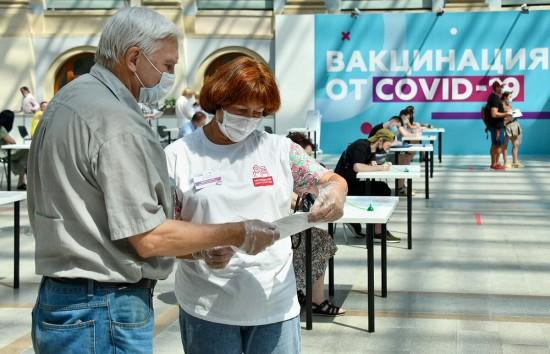 В пунктах вакцинации сотрудники центров госуслуг и соцработники оказывают жителям информационную поддержку