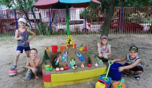 Ребята из дошкольного отделения школы имени Карамзина развивают инженерные навыки, строя дома из песка