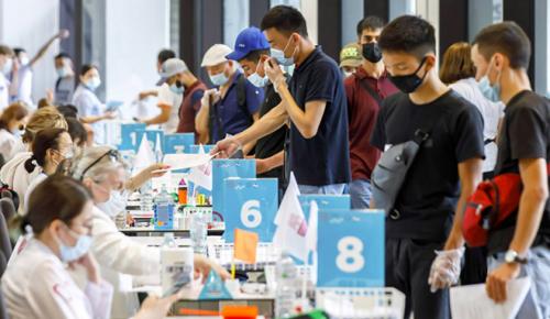 Пункт вакцинации в «Лужниках» ежедневно принимает иностранцев и россиян