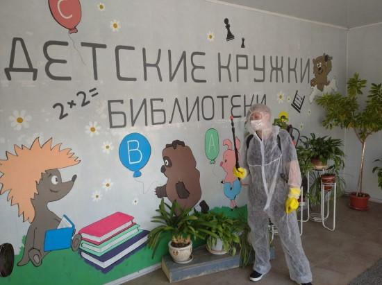 Сотрудники МЧС вместе с добровольцами продезинфицировали помещения библиотеки№ 184, которая находится на улице Академика Варги