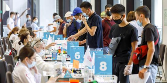 В центре вакцинации в «Лужниках» прививку от COVID-19 сделали несколько десятков тысяч человек