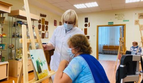 """В пансионате для ветеранов труда №6 прошло занятие по живописи """"Сам себе художник"""""""