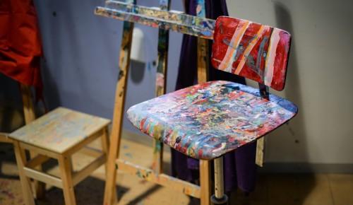 Воспитанники КЦ «Вдохновение» Ясенева создали арт-объекты из старых стульев
