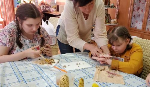 В центре «Юнона» воспитанники занимаются в творческой мастерской «Дары лета»