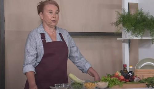 """Участница проекта """"Московское долголетие"""" поделилась рецептом спагетти из кабачков под овощным соусом"""