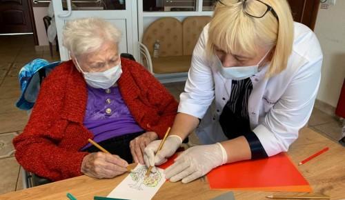 В пансионате для ветеранов труда №6 подопечные подготовили поздравительные открытки к Спасам