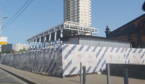 Рабочие смонтировали конструкцию навеса над выходом со станции метро «Новые Черемушки»