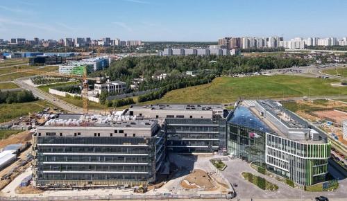 Собянин осмотрел новый корпус международного медкластера в Сколково