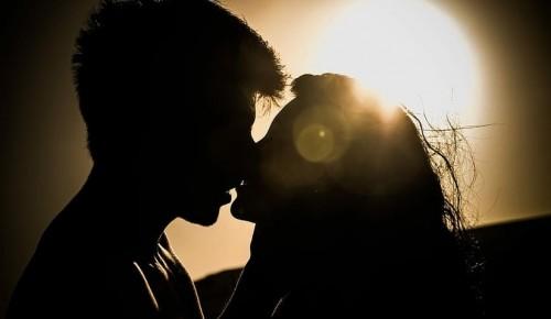 Первая любовь у подростков. Как себя вести родителям?
