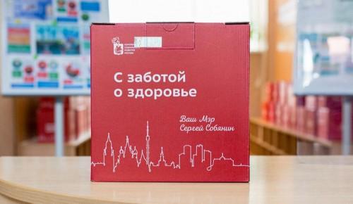 Привившиеся повторно от COVID-19 пенсионеры получат набор «С заботой о здоровье» - Собянин