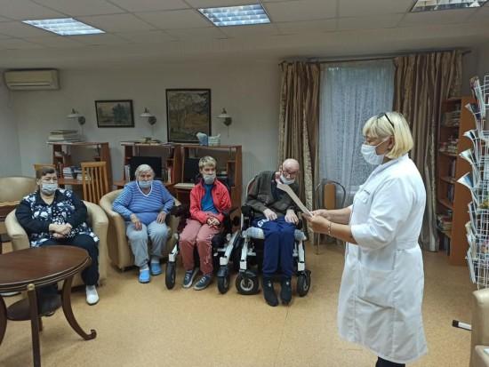 В пансионате для ветеранов труда №6 провели литературно-музыкальную программу о Москве
