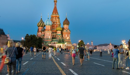 Сотрудники ТЦСО «Зюзино» поздравили Москву с Днём Рождения