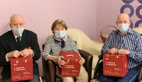 """Подопечные пансионата для ветеранов труда №6 получили подарочные наборы """"С заботой о здоровье"""""""