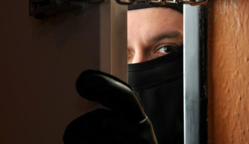 Полиция разыскивает грабителя, укравшего из квартиры в Конькове почти 1,1 млн рублей