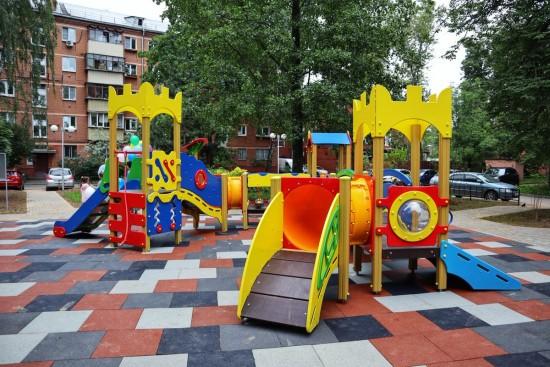 В Ясеневе до конца 2021 года обустроят игровые городки и площадки для воркаута