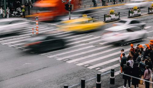 В Южном Бутове одна полоса движения перекрыта на Бунинской алее из-за ДТП с участием пешехода