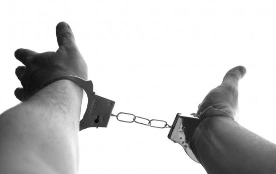 Полицейские Ломоносовского района задержали мужчину за растление девочки в лифте