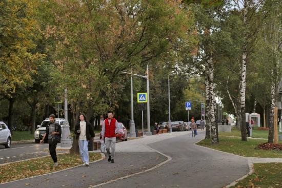 Аллея, велодорожка и детские площадки. Уютный  променад появился на Ленинском проспекте