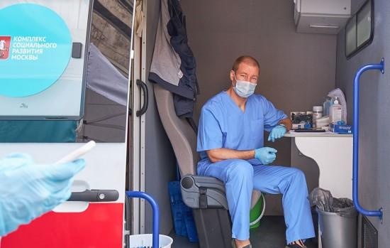 У метро «Бульвар Дмитрия Донского» открыли мобильный пункт вакцинации от гриппа