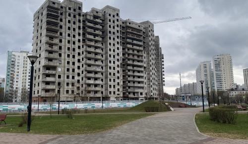 В новом доме на Севастопольском проспекте строители проводят работы по отделке фасадов