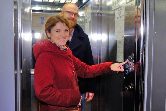"""Лифты  меняют на """"космические"""".  Корреспонденты протестировали подъемник  в Гагаринском районе"""