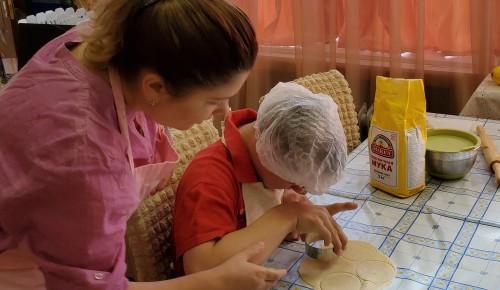 В центре «Юнона» воспитанники продолжают занятия в кулинарной студии