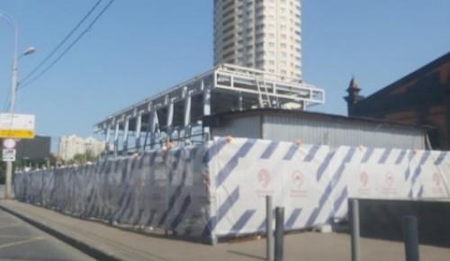 До 10 октября рабочие завершат работы по установке навеса над выходами со станции метро «Новые Черемушки»
