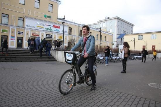 Жители Академического района смогут кататься на велосипеде до конца ноября