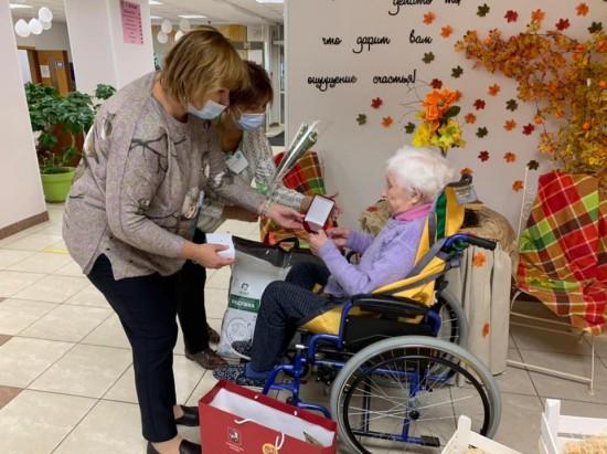 В пансионате для ветеранов труда №6 наградили ветерана-участницу Битвы за Москву