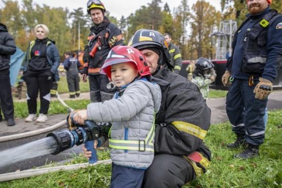 Подняться на высоту, спуститься в колодец и отловить змею: учебные сборы добровольных пожарных и спасателей прошли в столице