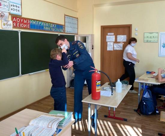 Сотрудники столичного главка МЧС России рассказали школьникам о гражданской обороне