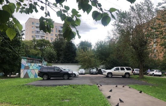 На месте самостроя в Котловке появилась парковка на 10 машиномест